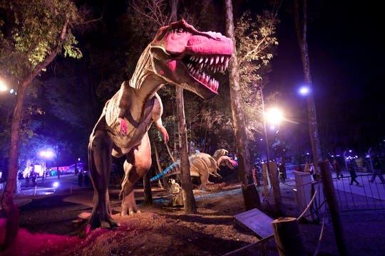 El T-Rex suele asustar a los desprevenidos que pasean por el parque dino. Foto: LA NACION / Matias Aimar