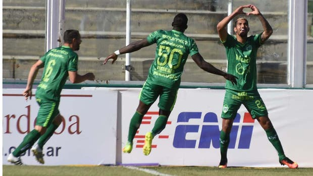 El festejo de Balboa, autor de los dos goles, es el de todo Sarmiento, que ganó su segundo partido en el campeonato