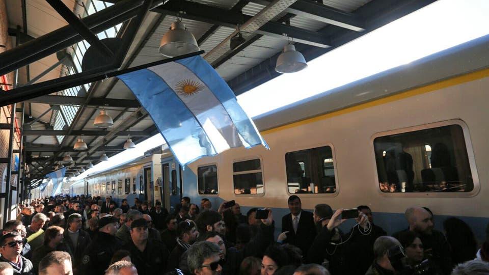 El tren que une Buenos Aires con Mar del Plata reanuda su servicio