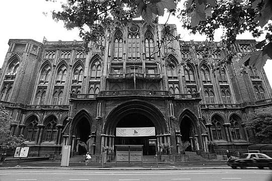 La imponente Facultad de Ingeniería de la UBA deslumbra a locales y a visitantes por su estilo neogótico. Foto: LA NACION / Silvana Colombo