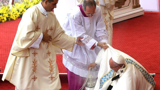 VIDEO: Sufre el papa Francisco fuerte caída en plena misa