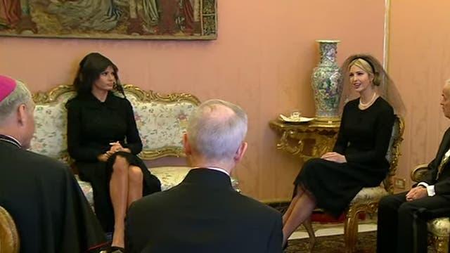La esposa de Trump, Melania, esperó junto a la hija del presidente de EE.UU., Ivanka, afuera de la sala donde se reunieron el magnate y el Sumo Pontífice