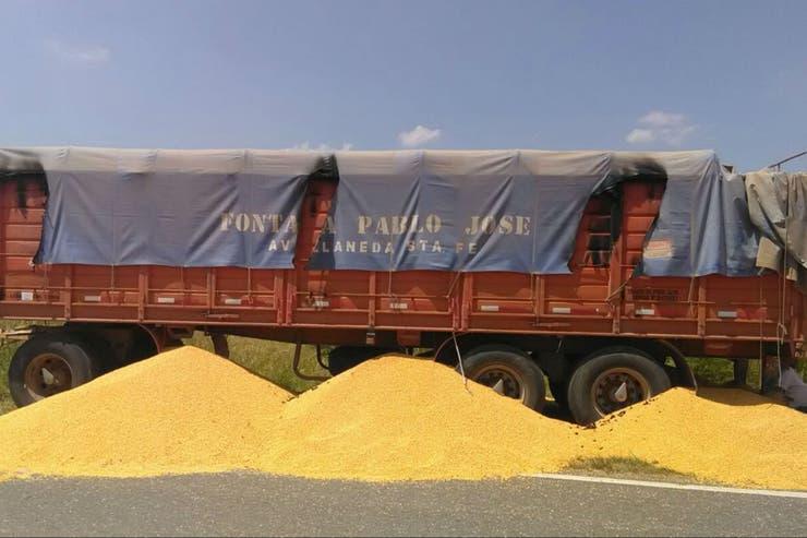 Algunos camioneros denunciaron amedrentamientos de personas que los obligaron a descargar el cereal
