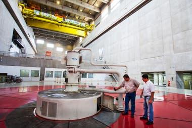 La central hidroeléctrica Yacyretá es el único lugar de la EBY en que argentinos y paraguayos trabajan juntos