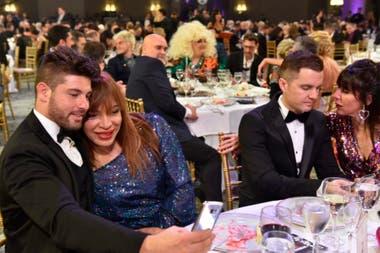 Enamorados y ruidosos: la mesa de El club del Moro se destacó por su efusividad durante toda la noche