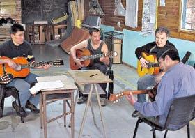 Los talleres de guitarra son una de las actividades que se llevan a cabo en el centro Camino Abierto