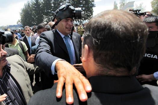 Los uniformados en Ecuador protestan a raíz de recortes presupuestarios; se sumaron integrantes de la Fuerza Aérea en el aeropuerto de Quito, el Presidente Correa fue a uno de los cuarteles y recibió gases lacrimógenos. Foto: EFE