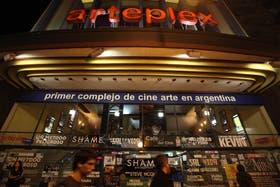 El complejo de Belgrano, anoche, en el comienzo de su último fin de semana de actividad