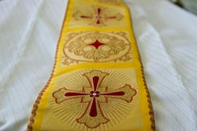 Las túnicas bordadas con hilos de oro brillarán en el nuevo Pontífice