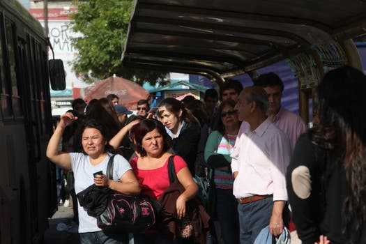 Largas colas en Retiro para tomarse colectivos. Foto: LA NACION / Ezequiel Muñoz