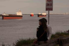 Los barcos se acumulan cerca del puerto de Rosario