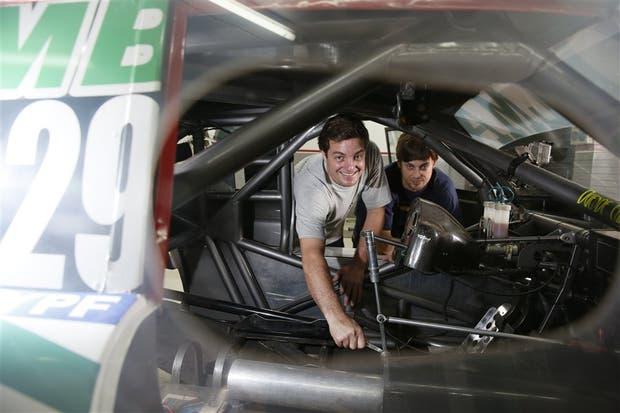 Nicolás y Próspero Bonelli, en uno de los autos que ellos mismos preparan y corren en el TC