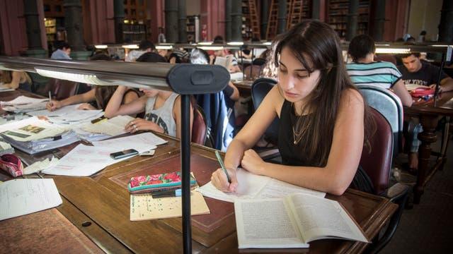 La biblioteca del Maestro es el lugar elegido por Julia Szejnblum, estudiante de Letras, para preparar su próximo final