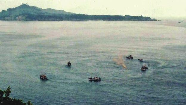 Rara foto de la ceremonia funeraria que hacen los pescadores para despedir a sus compañeros