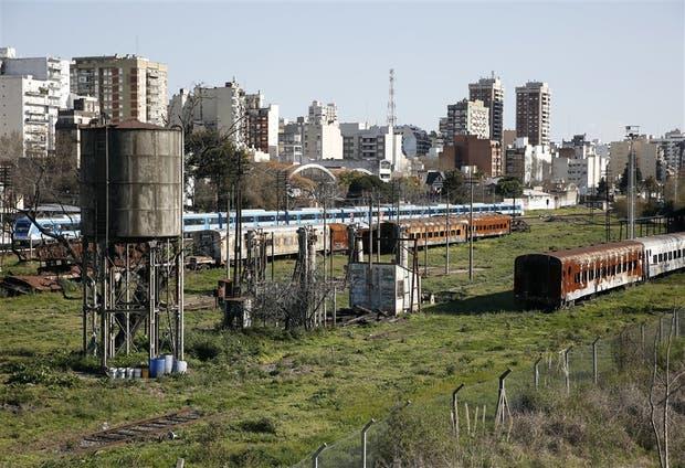 Parte del predio situado en Avellaneda y Fragata Sarmiento, donde se proyecta la construcción del shopping