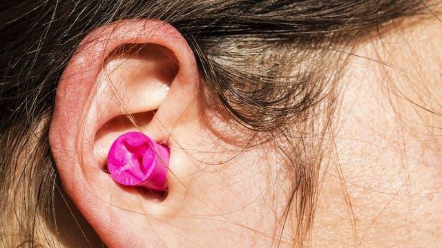 Los tapones en los oídos ayudan a sobrellevar la condición