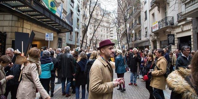 Vecinos y dise?adores se acercaron ayer a la calle Arroyo para celebrar su nueva fisonomía