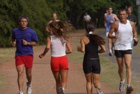 Los ejercicios en los que se opera en contra de la fuerza de gravedad, como correr o realizar rutinas aeróbicas, constituyen las actividades que más ayudan a quemar calorías