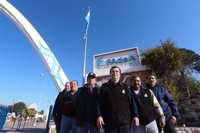 Hoy. Delegados de APTA en la puerta de la planta; dicen que para lo que se hace hoy alcanza con 60 operarios; hay 1700