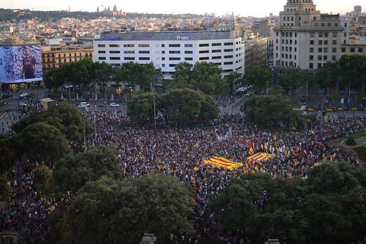 Miles de españoles exigen un referéndum para revisar la monarquía. Foto: AP