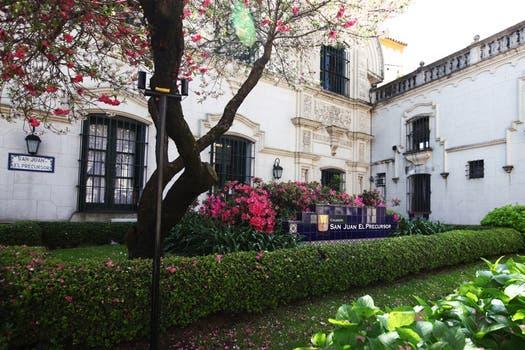 Los jardines del secundario San Juan el Precursor, un colegio católico de elite. Foto: LA NACION / Guadalupe Aizaga