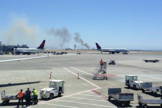 El aparato, en el que viajaban unas 290 personas perdió su cola al momento del aterrizaje forzoso y se incendió. Foto: Twitter / @kristaseiden