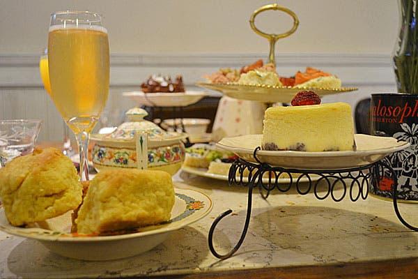 Variedades de panes caseros y scons acompañados por mermeladas caseras y quesos, tarteletas frutales, jugos de frutas, pastelería casera y finger foods. Foto: Gentileza Friks
