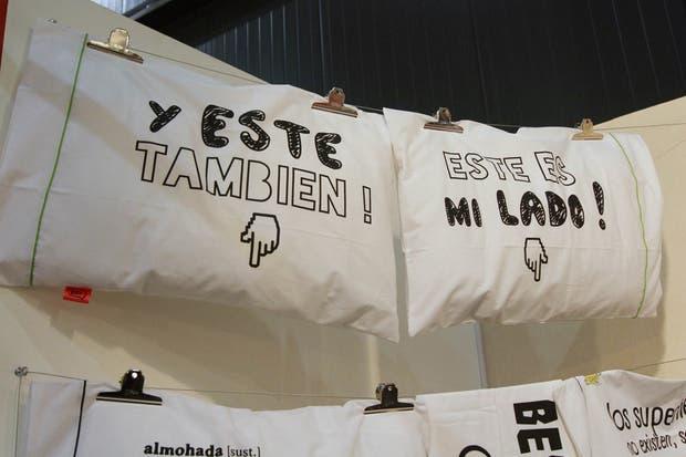 Las fundas con mensajes de ZZZ son ideales para regalar.  /Matías Aimar
