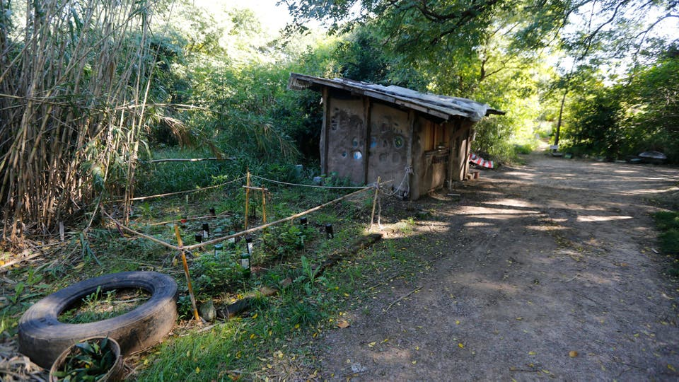 """Los """"aldeanos"""" fomentan un estilo de vida comunitario y agroecológico que, explican, incluye el consumo de gran parte de lo que cultivan, el uso de la energía solar y la difusión de talleres abiertos al público, por lo menos a aquellos que saben de su existencia. Foto: LA NACION / Ricardo Pristupluk"""