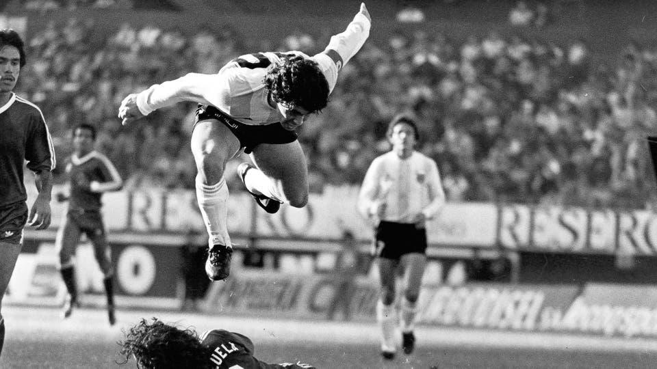 9-6-1985: eliminatorias en el Monumental, levanta vuelo ante Venezuela. Foto: LA NACION