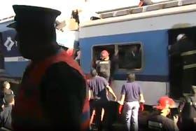 Un tren de la línea Sarmiento no frenó en la estación de Once; hay cientos de heridos
