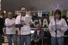Familiares de las víctimas de la tragedia de Once, durante el acto de esta tarde