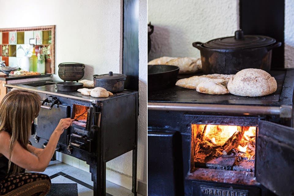 """""""Hicimos traer la cocina económica especialmente desde Entre Ríos. La usamos tanto para cocinar en ollas de hierro como para calentar el ambiente. Es nuestro centro de reunión"""".  Foto:Living /Javier Picerno"""