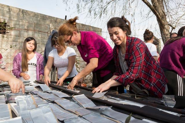 Un grupo de voluntarias, en plena construcción del calefón solar