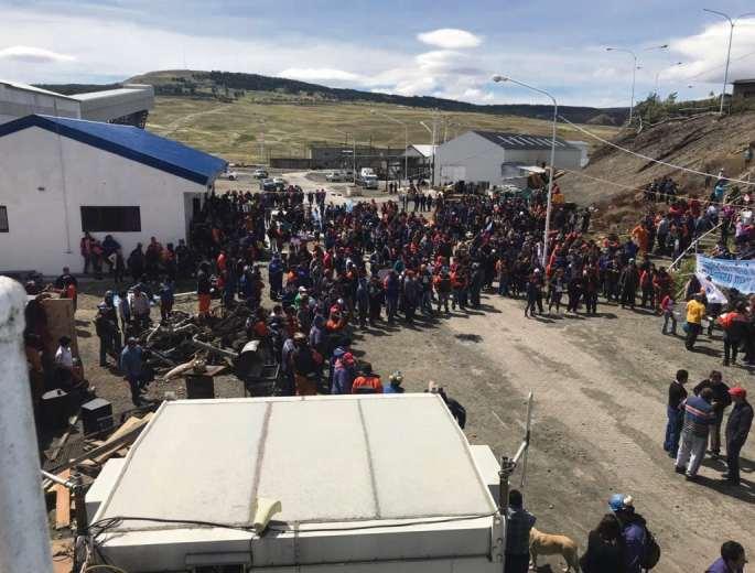 El yacimiento está casi paralizado porque no tiene clientes para el carbón; el Gobierno quiere racionalizar la empresa y despidió a 500 trabajadores