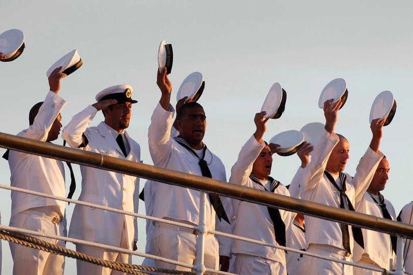 Los marineros saludan al llegar al puerto. Foto: Reuters