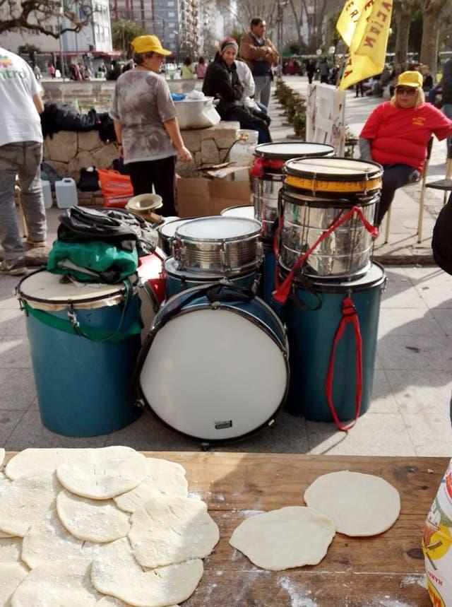 Los tambores de la agrupación Nueva Esperanza utilizados para una batucada en el acto de Cristina en la Plaza San Martín