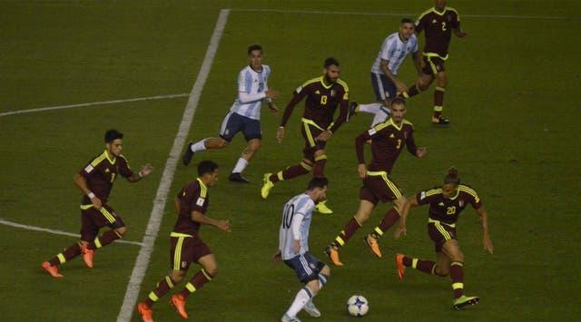 Messi, rodeado de venezolanos, pero acompañado en el área por Dybala e Icardi