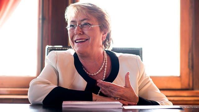 """Bachelet admite que su espacio político, la centroizquierda, """"no ha logrado generar nuevas respuestas en el mundo actual"""""""