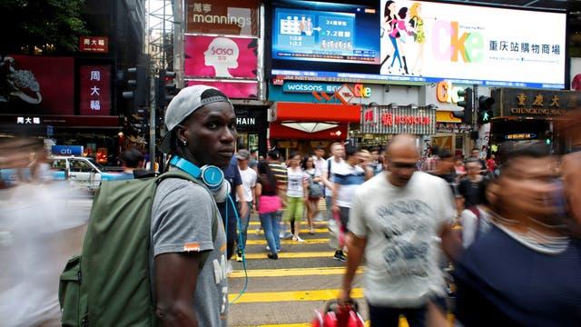 Solomon Nyassi, de 26 años, de Gambia, miembro de All Black FC, en una calle de Tsim Sha Tsui en Hong Kong, China
