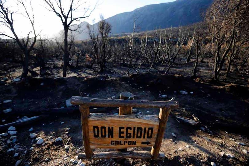 Sólo el cartel se salvó de las llamas. Foto: LA NACION / Emiliano Lasalvia