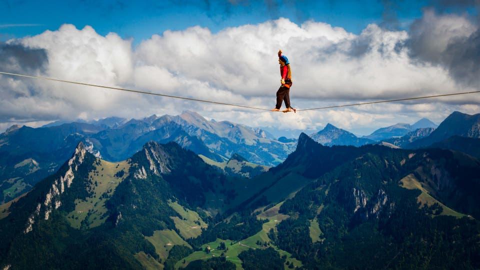 Cincuenta de los mejores slackliners del mundo compiten hasta el 17 de septiembre en el Highline Extreme en la montaña de Moleson, Suiza. Foto: AP / Valentin Flauraud