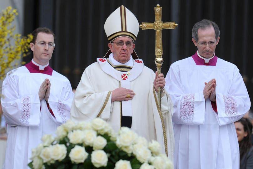Francisco presidió su primera misa de Pascua; tras la ceremonia, saludó a los fieles en la Plaza San Pedro. Foto: EFE