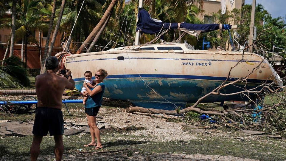 Decenas de veleros quedaron varados en las calles empujado por las fuertes corrientes. Foto: Reuters