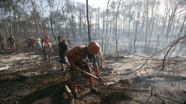 Con baldes y palas los lugareños ayudaron con lo que pudieron. Foto: LA NACION / Mauro V. Rizzi //Enviado especial