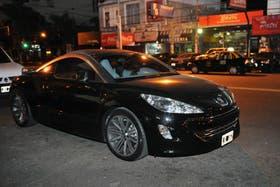 Los integrantes de una familia fueron interceptados por cuatro delincuentes cuando se transportaban en un lujoso Peugeot RCZ en la localidad bonaerense de Ramos Mejia