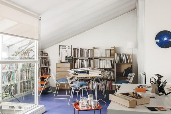 El área para consultar material gráfico, con una mesa redonda y sillas Bertoia (Gropius)..