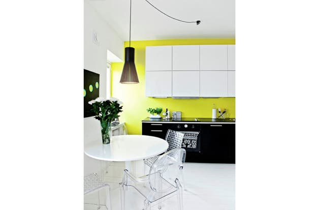 Al fondo pero al frente: la tradicional dupla de blanco y negro contrasta con el amarillo shocking de la pared. Foto: nordicdesign.ca.
