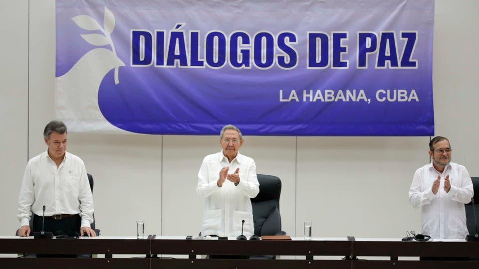 El presidente de Colombia, Juan Manuel Santos, el de Cuba Raúl Castro y el comandante de las FARC, Timoleón Jiménez, durante la ceremonia de la firma de un acuerdo de alto el fuego y el desarme rebelde, La Habana, 23 de junio de 2016. Foto: Archivo