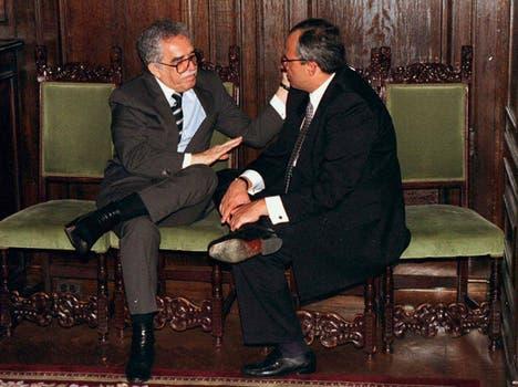 Gabriel García Márquez y junto al ex presidente de Colombia,  Ernesto Samper,  durante una recepción en la Embajada de ese país en Washington. Foto: Archivo